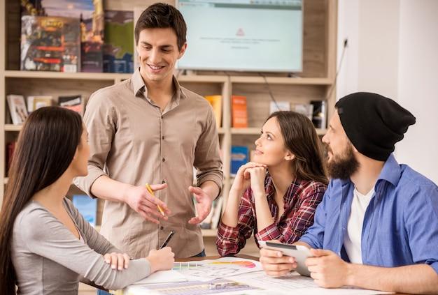 Designer che si incontrano per discutere di nuove idee in ufficio. Foto Premium