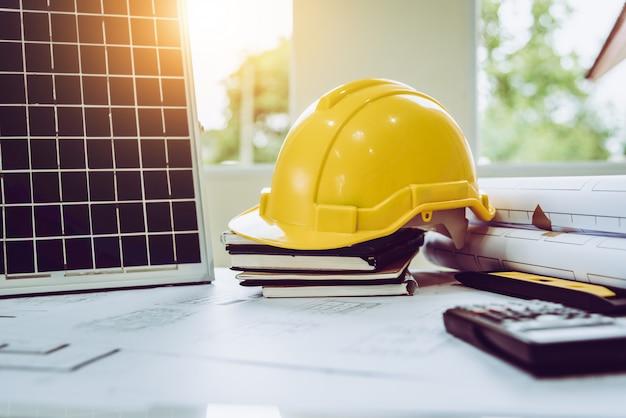 Desk of architects solar energy powered home green per ridurre il riscaldamento globale. Foto Premium