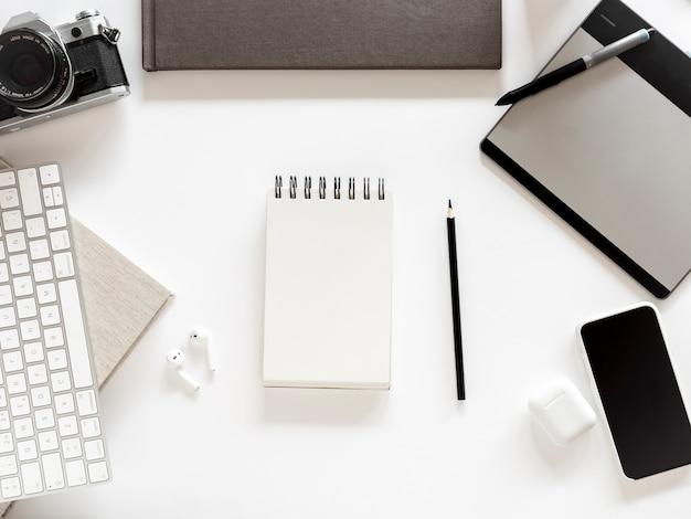 Desktop con notebook e telefono cellulare Foto Gratuite