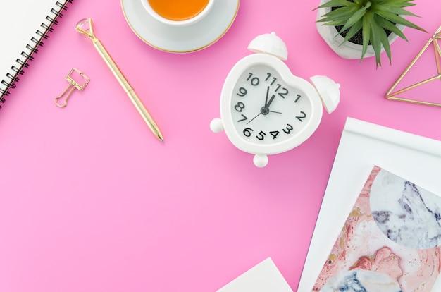 Desktop con orologio Foto Gratuite
