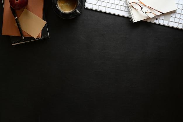 Desktop da lavoro in pelle scura desktop con forniture per ufficio Foto Premium