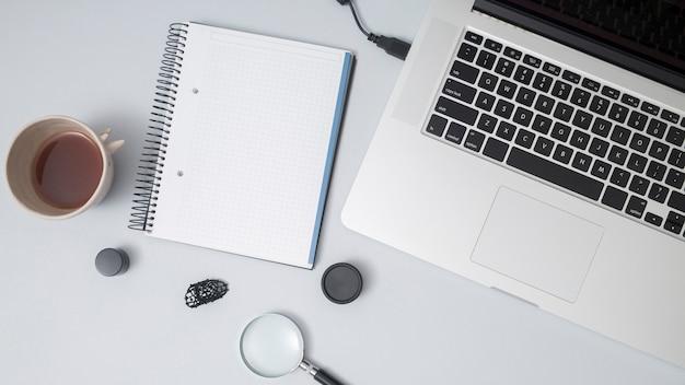 Desktop dell'ufficio con un notebook Foto Gratuite