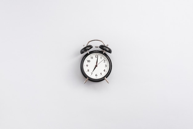 Desktop dell'ufficio con un orologio Foto Gratuite