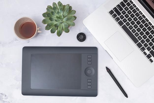 Desktop dell'ufficio con una tavoletta grafica Foto Gratuite