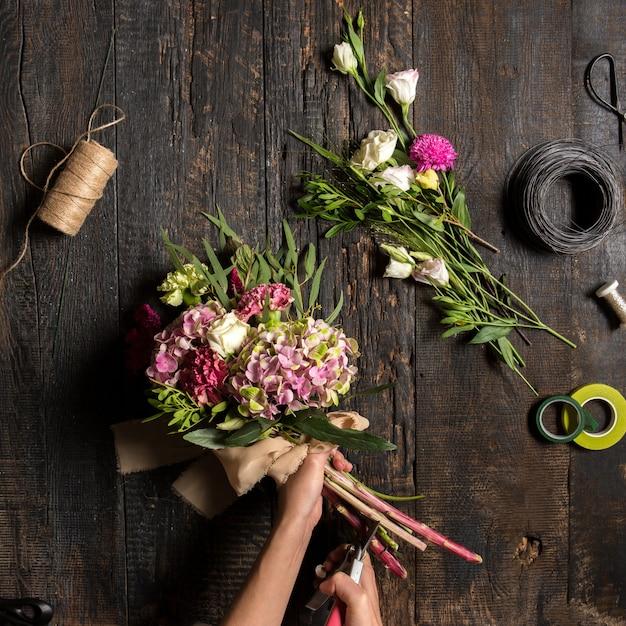 Desktop per fioristi con strumenti e nastri da lavoro Foto Gratuite