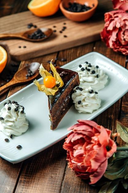 Dessert al cioccolato con crema laterale Foto Gratuite