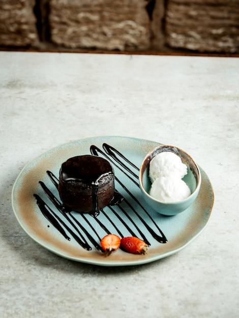Dessert al cioccolato con gelato Foto Gratuite