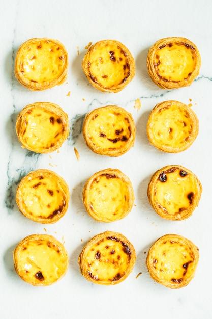 Dessert dolce con uovo croccante Foto Gratuite