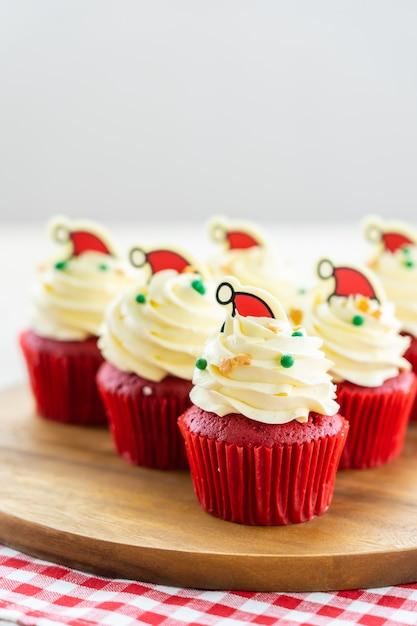 Dessert dolce con velluto rosso cupcake Foto Gratuite
