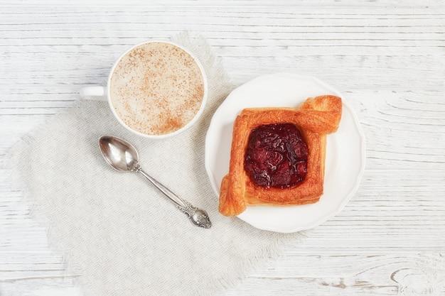Dessert e caffè della frutta su una tavola di legno bianca Foto Premium