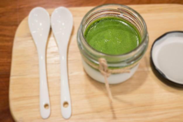 Dessert fatto in casa con mousse al tè verde matcha Foto Premium