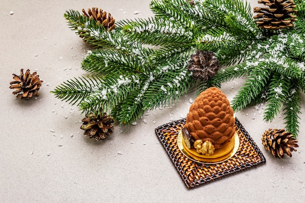 Dessert festivo a forma di cono di abete di natale. concetto di dolcezza di capodanno. Foto Premium