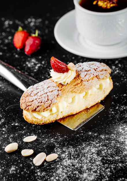 Dessert francese di eclair con panna da montare e fragole. Foto Gratuite