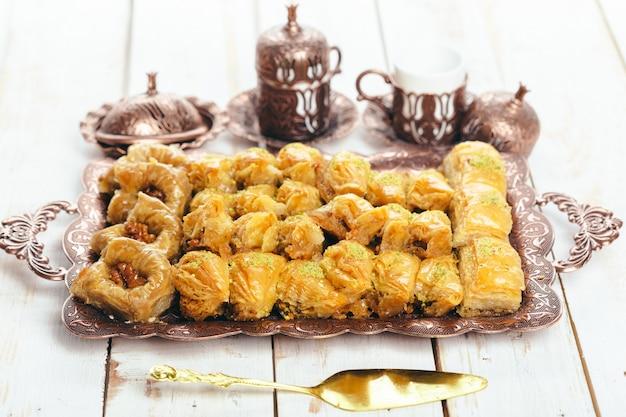 Dessert orientali tradizionali sulla tavola di legno Foto Premium