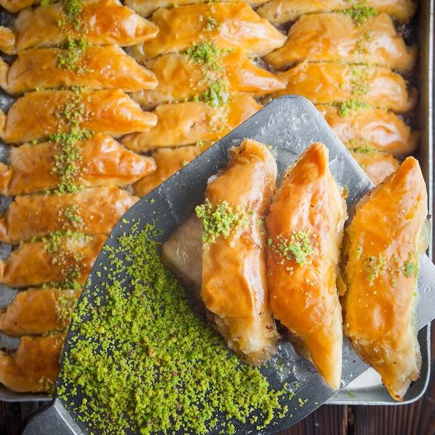 Dessert turco della baklava fatto di pasta sottile, noci e miele Foto Gratuite