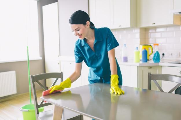 Detergente attento e simpatico sta a tavola e lo pulisce Foto Premium