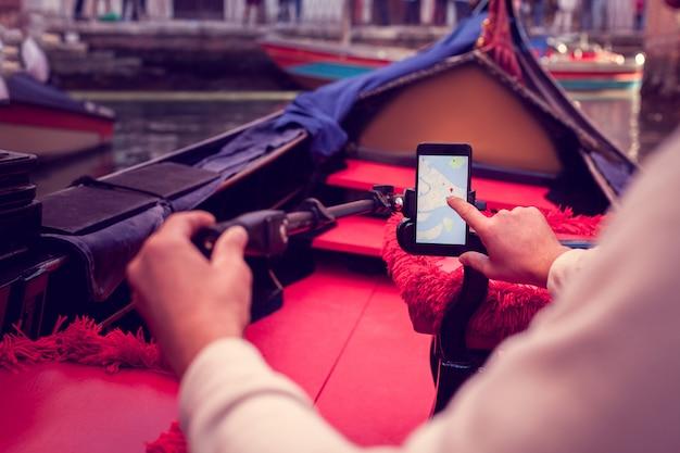 Determinare il percorso utilizzando un telefono cellulare Foto Premium