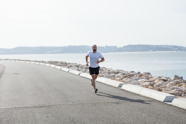 Determinato, forte, sportivo, correre, seaside Foto Gratuite