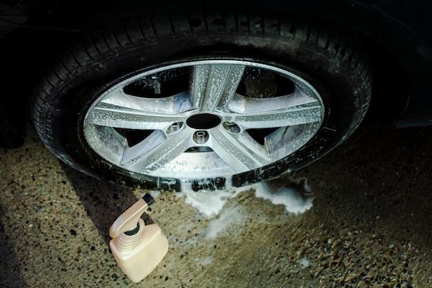 Detersivo spray per auto e una ruota Foto Gratuite