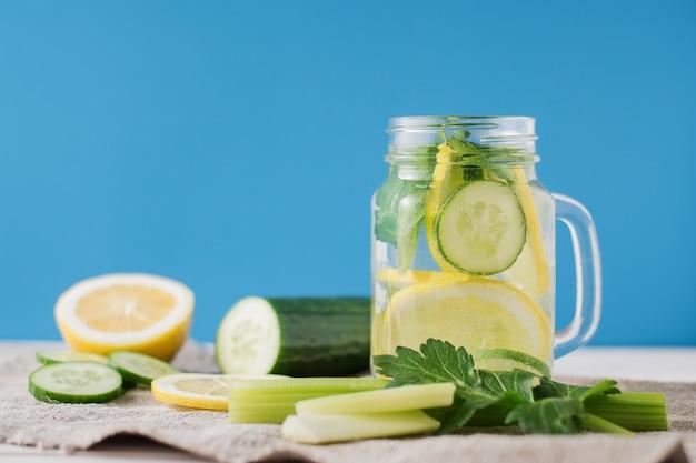 Detox drink con cetriolo e limone Foto Premium