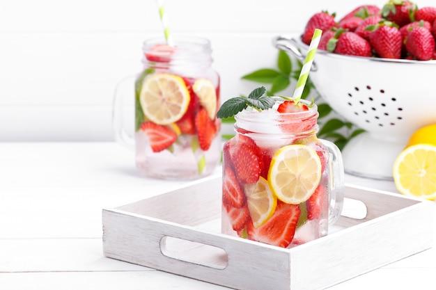 Detox frutta infusa acqua. Foto Premium
