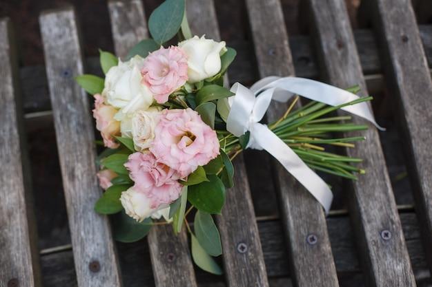 Dettagli del giorno del matrimonio. bouquet da sposa delicato di rose bianche e rosa da vicino. bellissimo bouquet da sposa Foto Premium