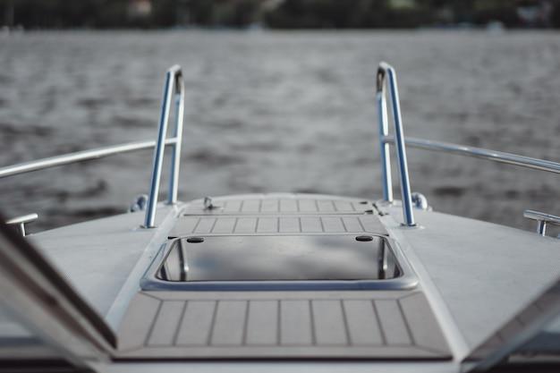 Dettagli dello yacht, ponte, riflesso del cielo. Foto Gratuite