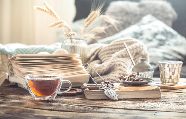 Dettagli di natura morta degli interni domestici su una tavola di legno con una tazza di tè Foto Gratuite