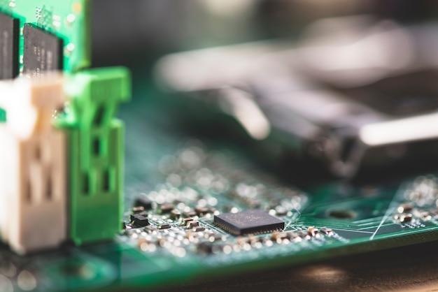 Dettaglio del circuito elettronico con processore Foto Gratuite