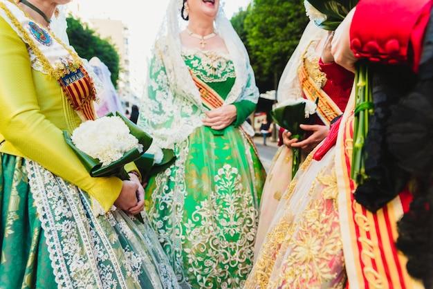 Dettaglio del tradizionale vestito spagnolo valenciano fallera, tessuti colorati con ricami intricati. Foto Premium