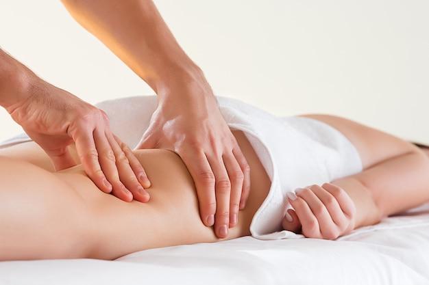 Dettaglio delle mani che massaggiano i muscoli Foto Gratuite