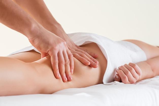 Dettaglio delle mani che massaggiano il muscolo del polpaccio umano. Foto Gratuite