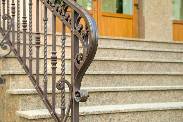 Dettaglio di una facciata di casa. nuove scale in granito con ringhiere in metallo. Foto Premium