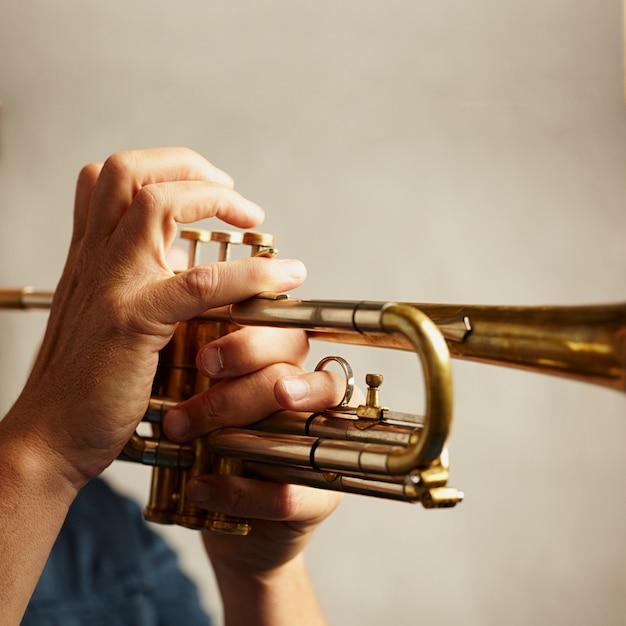 Dettaglio di uno strumento a tromba in metallo Foto Gratuite