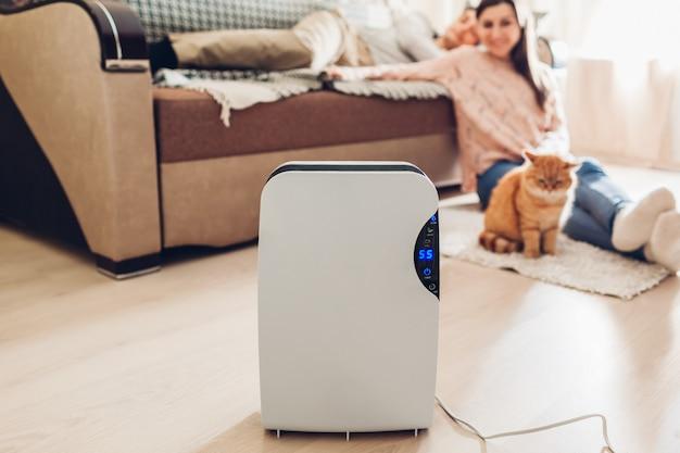 Deumidificatore con touch panel, indicatore di umidità, lampada uv, ionizzatore d'aria, contenitore dell'acqua funziona a casa. umidità Foto Premium