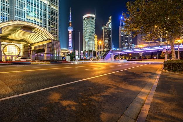 Di notte sotto il ponte pedonale di shanghai paesaggio urbano di notte, cina Foto Premium