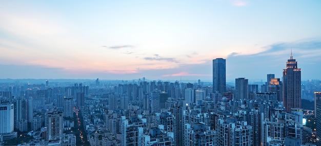 Di notte, una bellissima vista panoramica della città di chongqing, cina Foto Premium