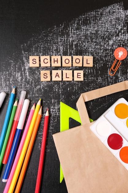 Di nuovo a scuola. vendita della scuola con ombra alla moda sulla lavagna Foto Premium