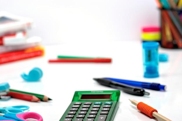 Di nuovo al concetto-scuola di fine in su dei rifornimenti di banco su una priorità bassa bianca. Foto Premium