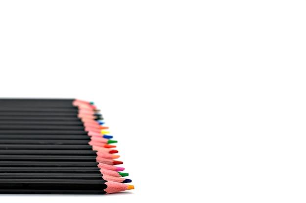 Di nuovo alla scuola concetto-chiuda in su dei pastelli colorati su una priorità bassa bianca. Foto Premium