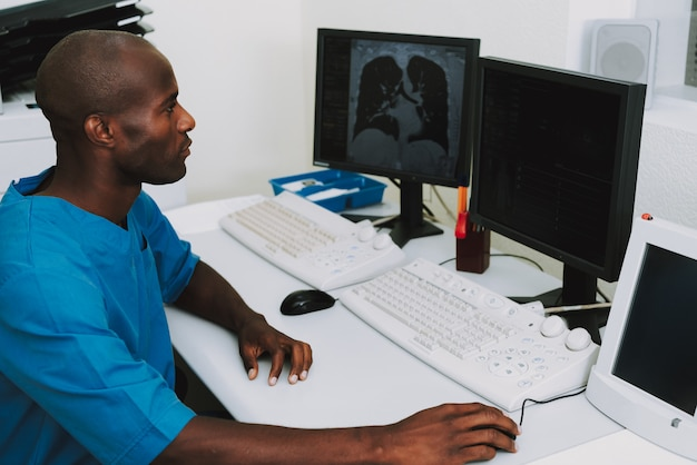 Diagnostica di esame di polmoni del polmone di esame di afro doctor. Foto Premium