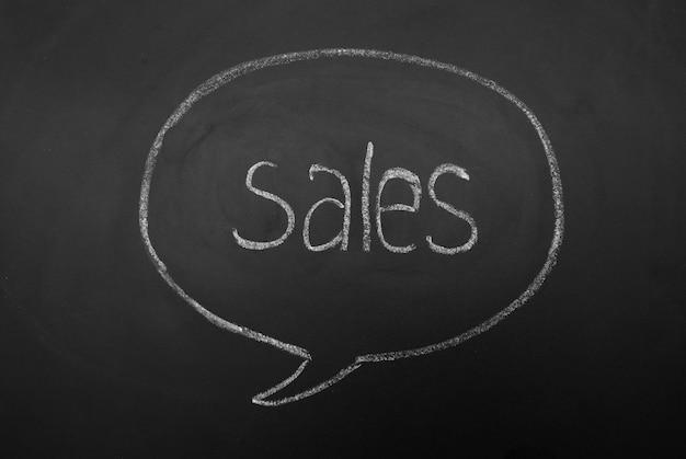 Dialogo mentale bolla sulla lavagna con le vendite di iscrizione. scrivere a mano la parola. Foto Premium