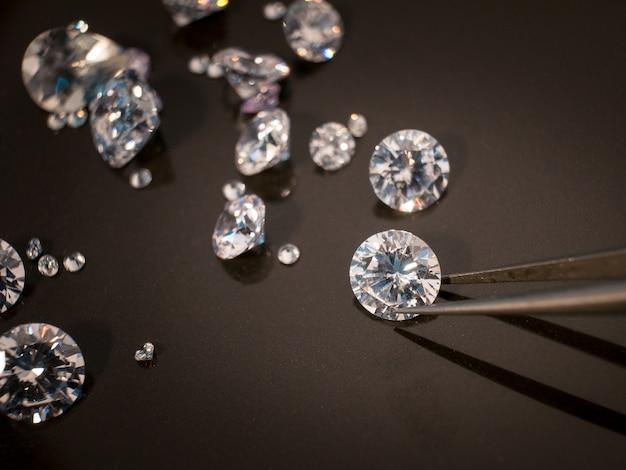 Diamante sul tavolo nero Foto Premium