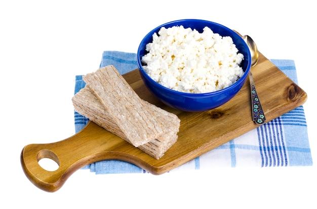 Dieta alimentare, ricotta e pane di segale. Foto Premium