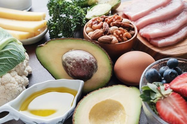 Dieta chetogenica, basso contenuto di carboidrati, alto contenuto di grassi, cibo sano Foto Premium