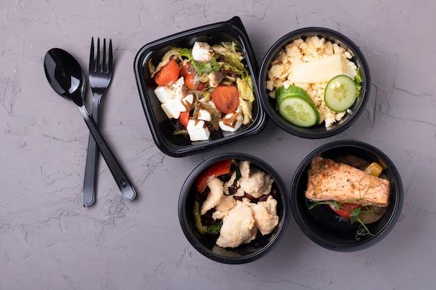Dieta equilibrata in scatole per alimenti, pranzo di lavoro Foto Premium