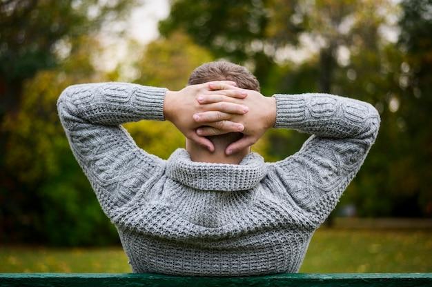 Dietro un giovane con le mani dopo la testa Foto Gratuite