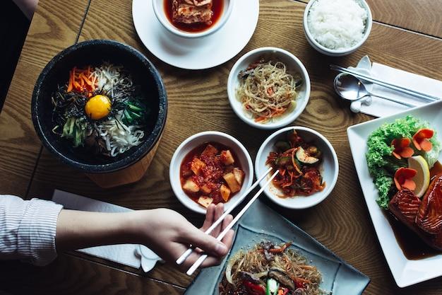 Dilettarsi con bibimbap, kimchi e altri piatti tradizionali coreani Foto Gratuite