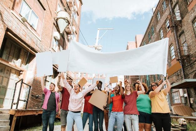 Dimostranti colorati che marciano attraverso una città Foto Premium