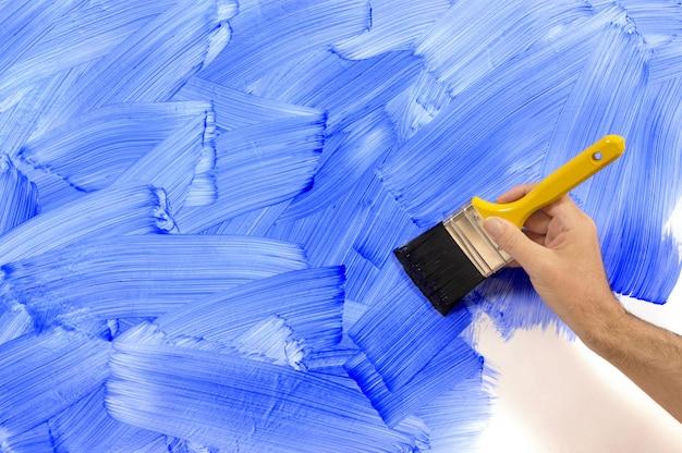 Dipingere una parete blu Foto Gratuite